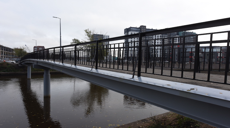 Мост из композита построили через реку Лубья