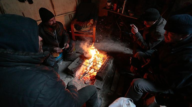 Бомжи и мигранты снова греются кострами в памятнике модерна — доме Лялевича
