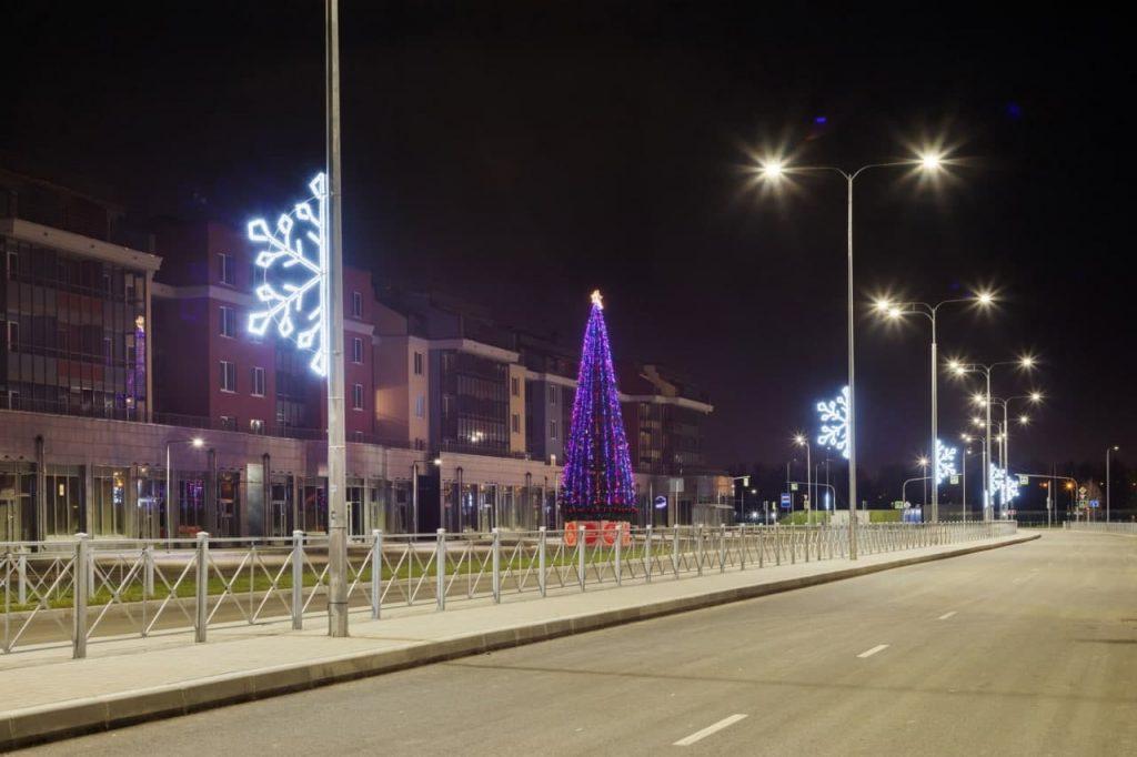 Праздничные ели украсили проекты Setl Group в разных уголках Петербурга