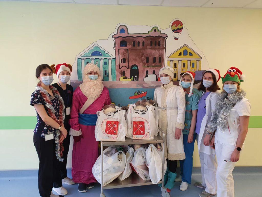 Юные пациенты получили новогодние подарки в стационарах Петербурга