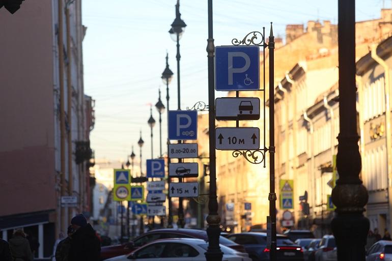 Центробанк временно сделал бесплатными платные парковки в Петербурге