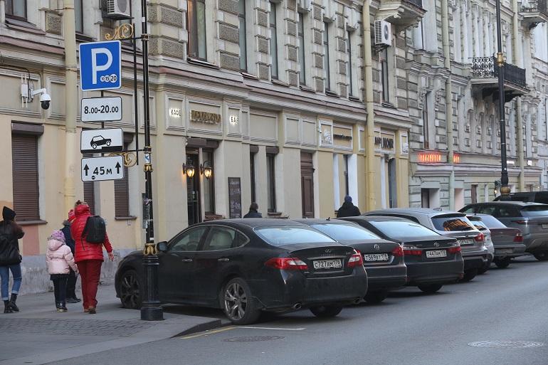 Жители Рубинштейна пытаются заработать на платной парковке во дворах