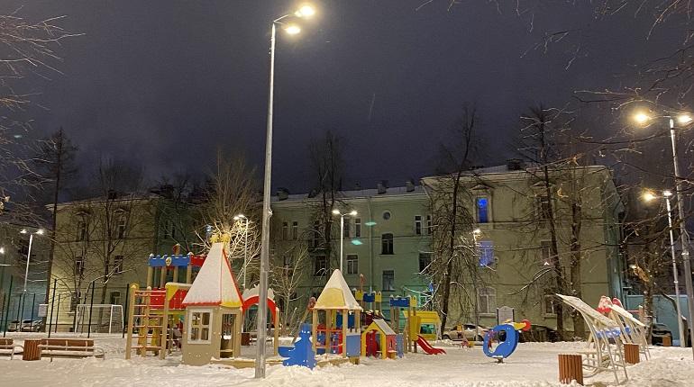 На 300 детских и спортивных площадках в Петербурге установили новое освещение в 2020 году