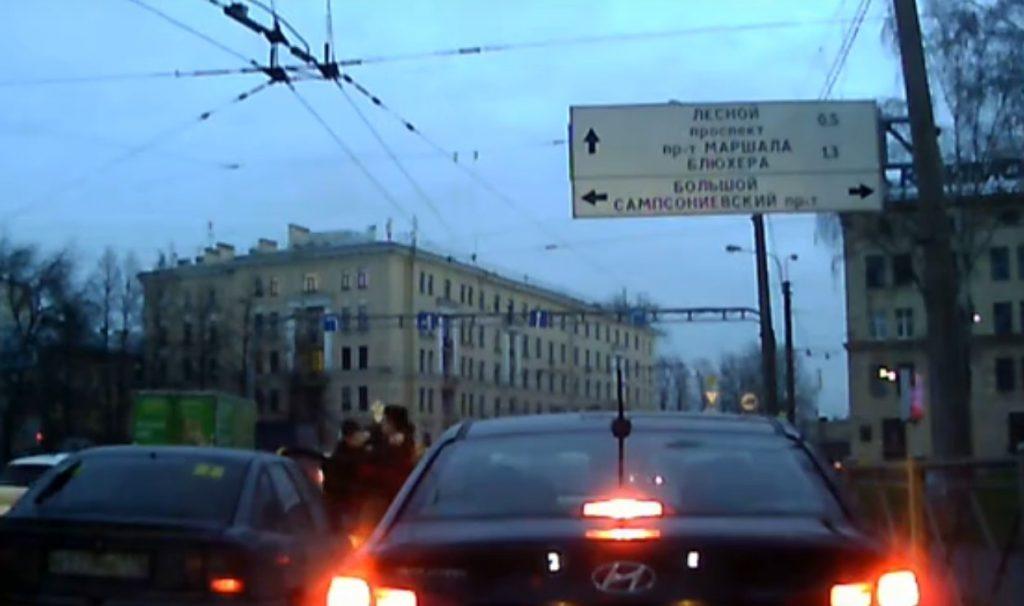 Два молодых водителя решили подраться на проезжей части в Петербурге