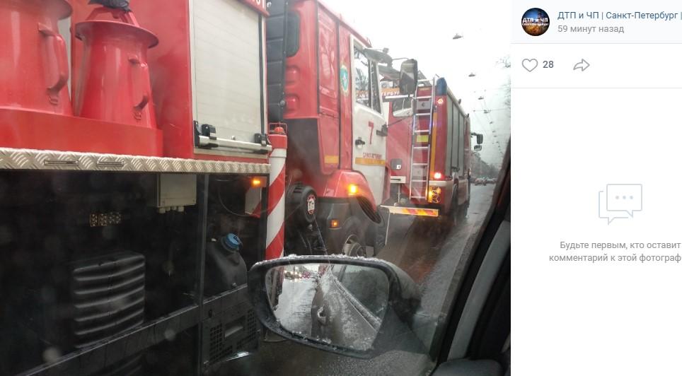 Вызов сигнализации собрал у Мариинской больницы пять пожарных машин