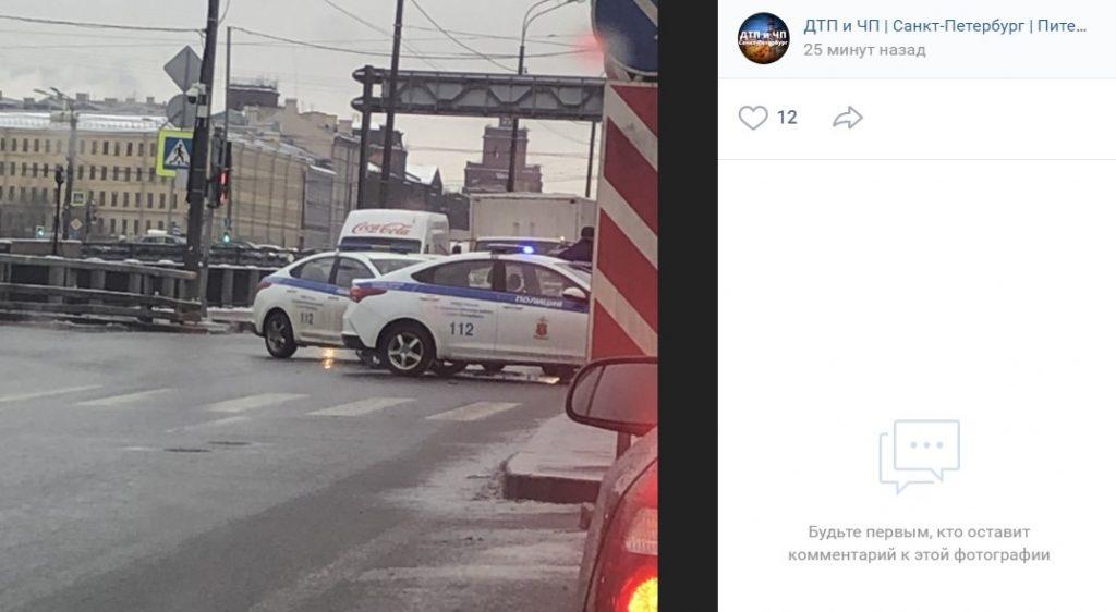 Лихач на BMW на Обводном канале протаранил полицейскую машину