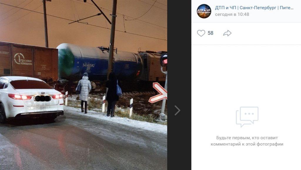 Прокуратура организовала проверку из-за долгого простоя поезда на переезде