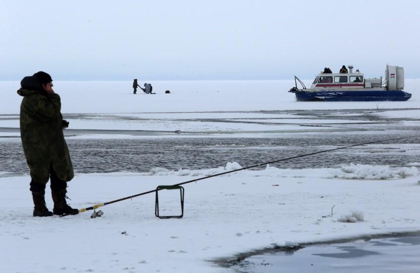 В районе Кронштадта 25 рыбаков спасли со льдины