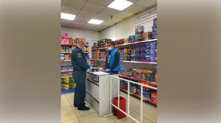 В Петербурге инспекторы МЧС проверили магазины пиротехники