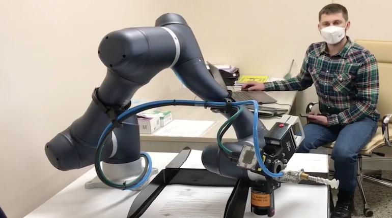 В Гатчине в МФЦ работает робот