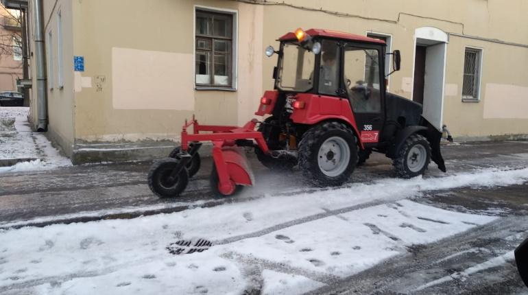 Улицы и дворы Петербурга в субботу убирали 8000 дворников