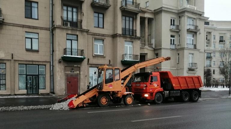 Почти 11 тысяч тонн песка и соли высыпали на улицы Петербурга за неделю