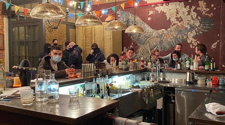 16 заведений поймали на нарушении новогодних ограничений в Петербурге