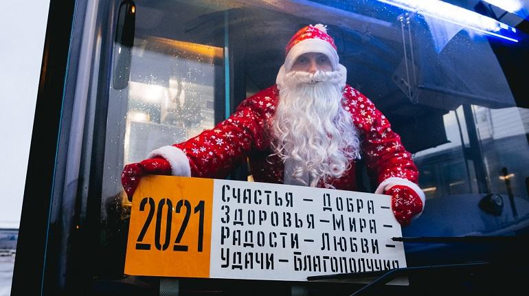 Дед Мороз сел за руль новогоднего автобуса в Петербурге