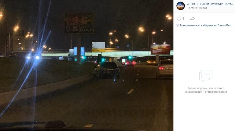На Малоохтинском проспекте автомобиль в ДТП въехал в поребрик