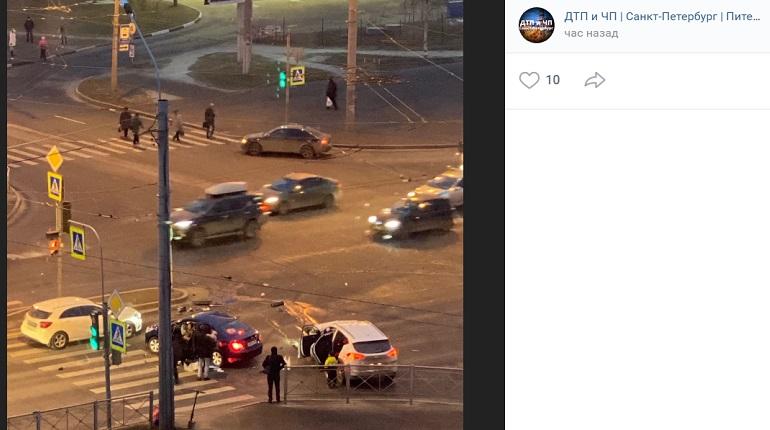 На Ленинском проспекте из-за ДТП с двумя авто проезжую часть засыпало осколками