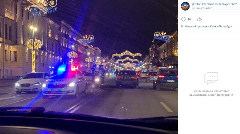 На Невском проспекте автомобиль и такси угодили в ДТП