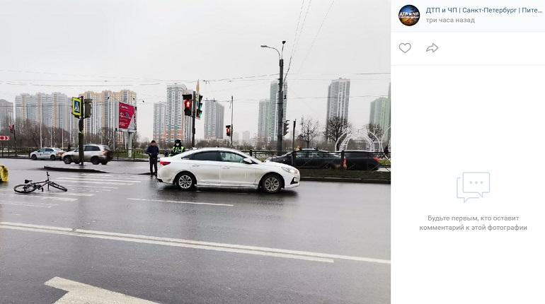 На проспекте Славы такси сбило курьера на велосипеде