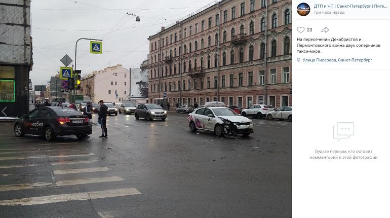 На улице Декабристов два авто разных сервисов такси не поделили проезжую часть