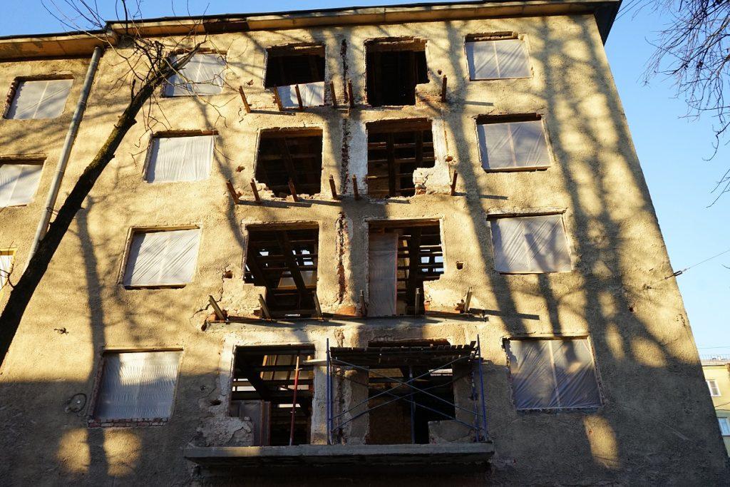 Годы «реконструкции» и миллионы инвестиций не спасли «Кондратьевский жилмассив» от разрухи