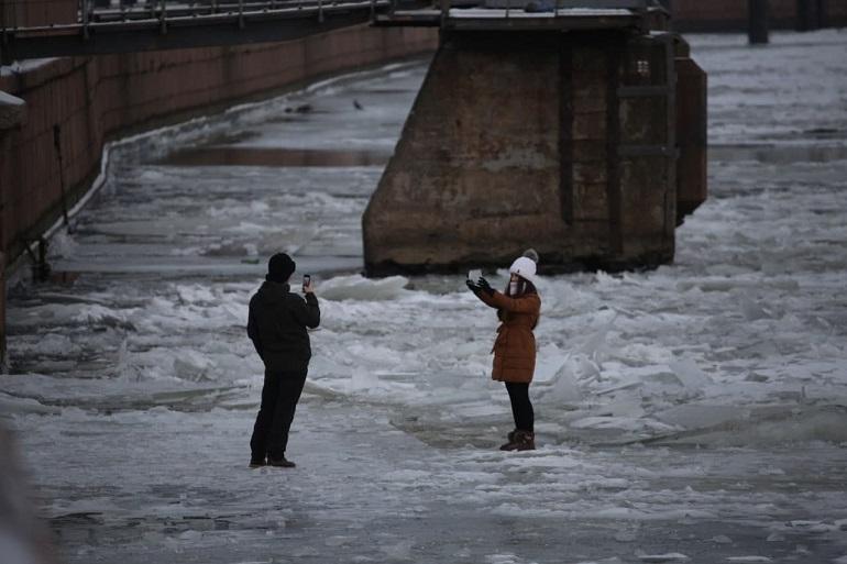Петербуржцы радостно гуляют по тонкому льду и не боятся смерти: фоторепортаж Мойки78