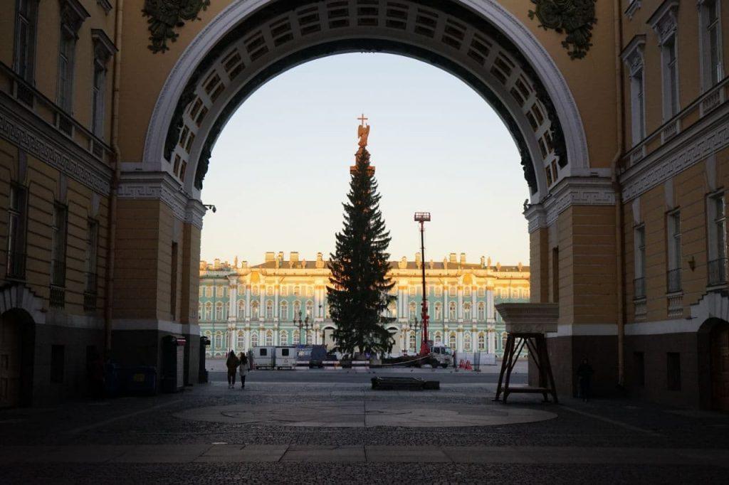 Главная елка Петербурга надела ретро-аксессуары