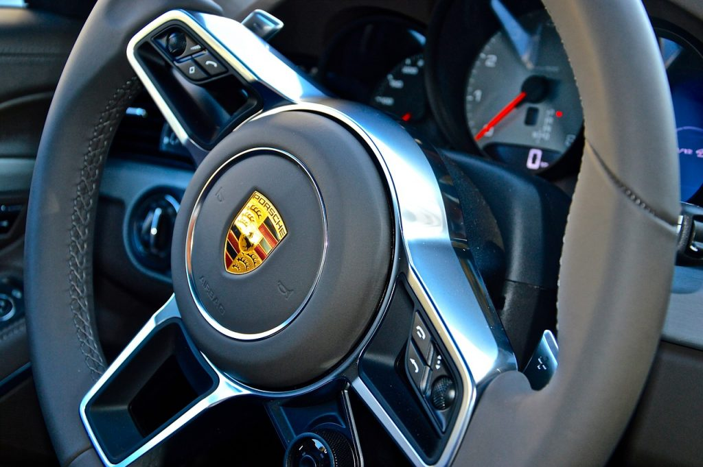 Водитель Porsche Panamera заправился на Шафировском на четыре тысячи и уехал, не заплатив