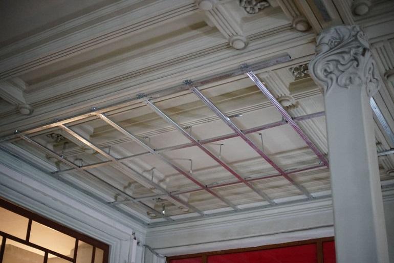 РЖД перекрывают лепнину на Витебском вокзале подвесным потолком
