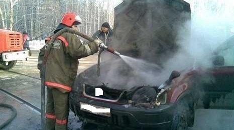 На Гражданке пожарные 20 минут тушили горящий Opel