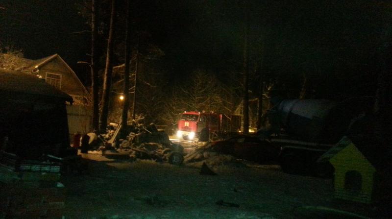 В Кировском районе ночью на даче сгорели дом, сарай и баня