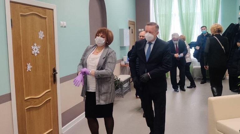 Беглов привёз подарки для воспитанников детского дома в Петергофе