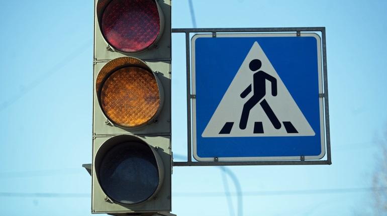 На Лахтинском пешеход рванул на «красный» и погиб под колесами Mercedes