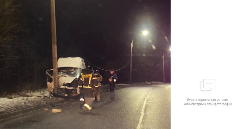 В Петергофе фургон влетел в столб, водитель застрял в салоне