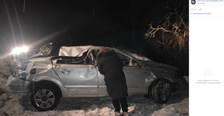 Девушка за рулем Opel вылетела в кювет на скользкой дороге в Ленобласти