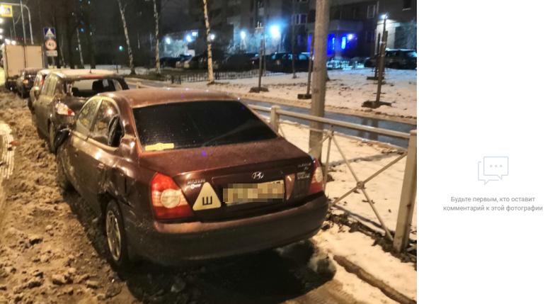 Фура помяла припаркованные машины на Дальневосточном