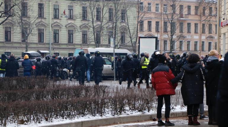 На акции протеста в Петербурге взорвали петарду