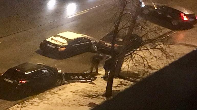 Водитель врезался в припаркованные машины на Петергофском шоссе