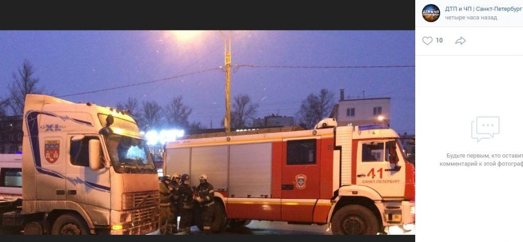 Фура насмерть сбила пешехода у метро «Проспект Ветеранов»