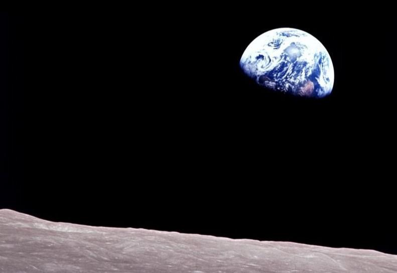 NASA опубликовало раритетный снимок Земли с лунной орбиты