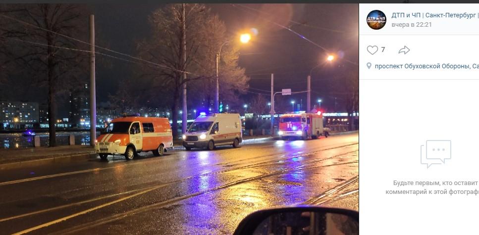 Очевидцы сообщили о провалившемся под лед у Володарского моста человеке