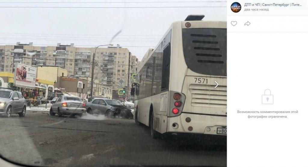 В Купчино автомобиль въехал в пешеходов