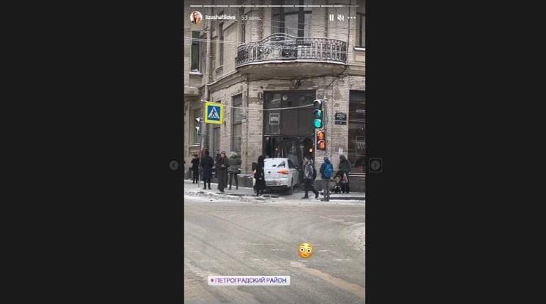 Автомобиль въехал в кофейню в Петроградском районе