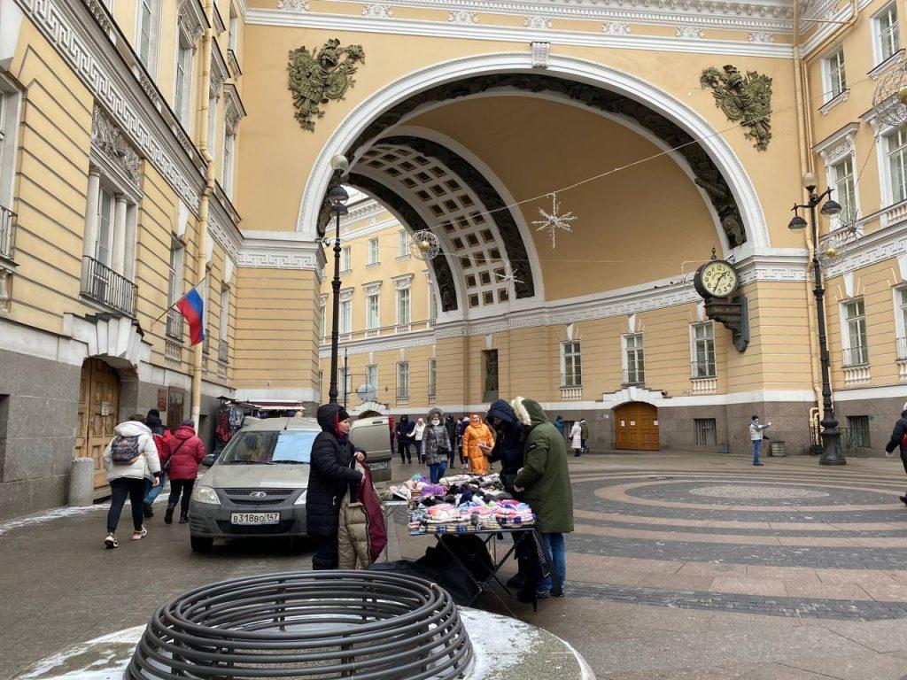 Нелегальные торговцы оккупировали центр Петербурга, пока чиновники боролись с барами