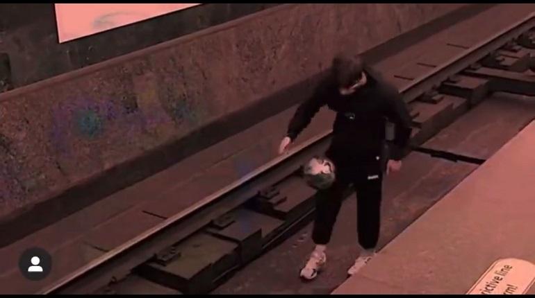 «Футболиста», игравшего в мяч на рельсах, могут больше не пустить в метро Петербурга
