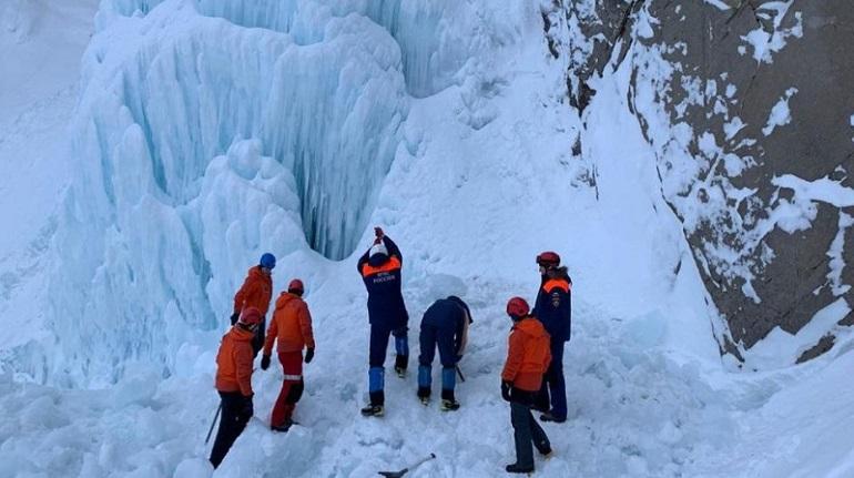 Турист погиб при обрушении ледяного водопада на Камчатке