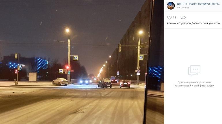 На проспекте Авиаконструкторов автомобиль в ДТП выехал на тротуар