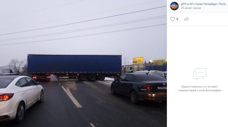 На Московском шоссе фура «прижала» авто и заняла все полосы движения
