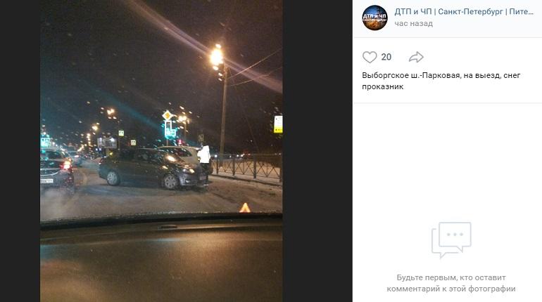 На Выборгском шоссе три автомобиля угодили в ДТП