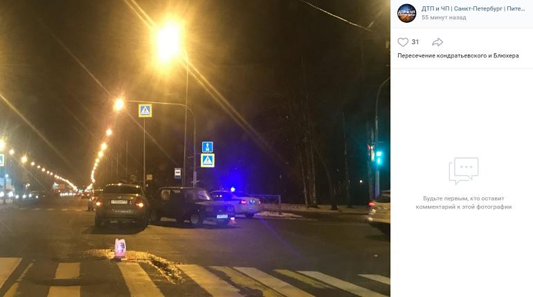 На Кондратьевском проспекте два авто не поделили перекресток