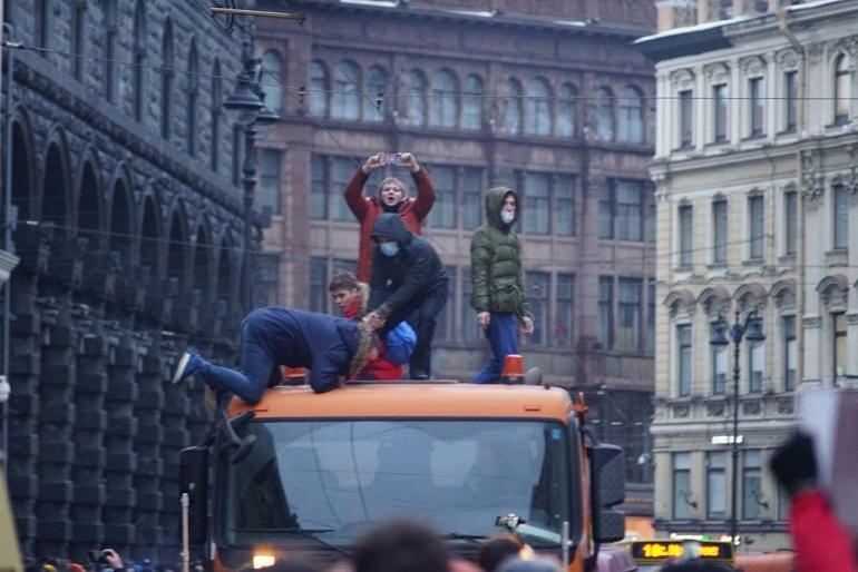 От Петра I до Вечного огня: как навальнята три часа бродили по центру Петербурга и бодались с полицией